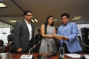 El asambleísta Jorge Yunda recibe una propuesta para el cambio de la Ley Orgánica de Comunicación por parte de Pavel Robles y Nathaly Toledo, representantes de Centro Democrático- API