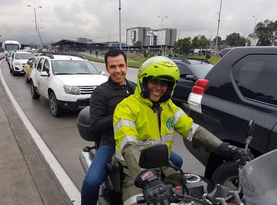 ¡Los ministros tampoco se salvan del trancón! A Guillermo Rivera le tocó montarse en una moto