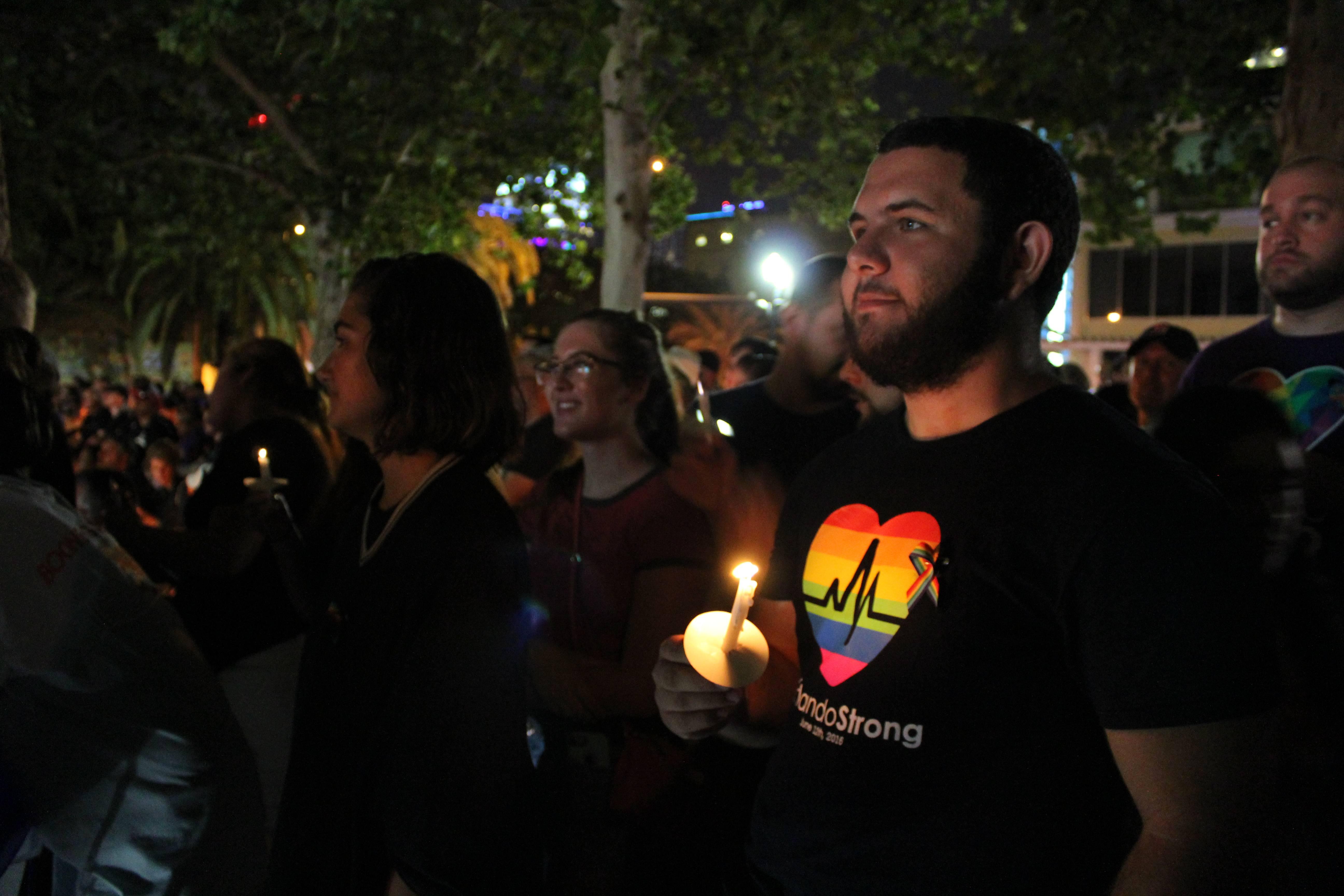 Antes de la vigilia de cierre frente a Pulse, miles de personas se dieron cita en el Parque Lake Eola, en conmemoración de las 49 víctimas. Allí también estuvieron los familiares de los fallecidos y los sobrevivientes de la tragedia. / Foto David Cordero Mercado