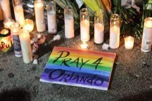 La jornada de ceremonias en recordación de las 49 víctimas del ataque en Pulse culminó anoche con una vigilia frente a la discoteca en Orlando, Florida. / Foto: David Cordero Mercado