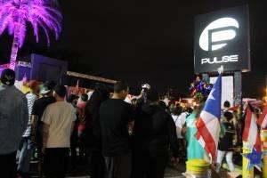 En honor a las víctimas de ascendencia boricua, pequeñas banderas puertorriqueñas ondean frente a la discoteca Pulse en Orlando, Florida. / Foto: David Cordero Mercado