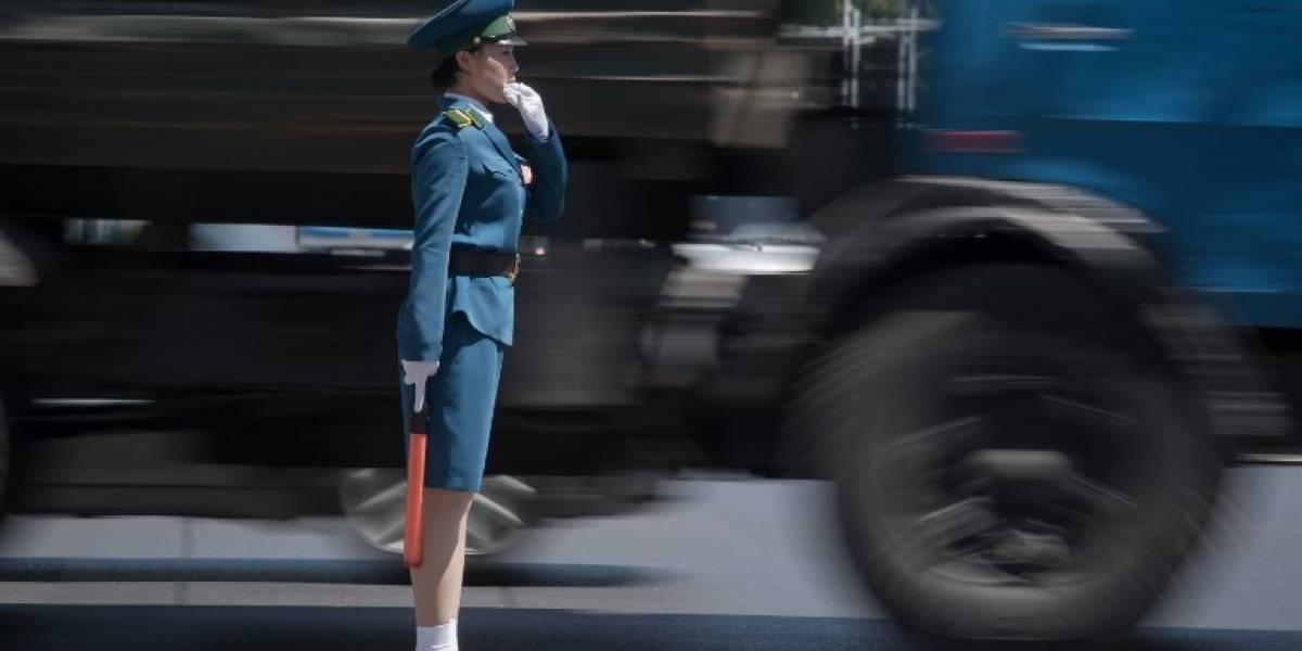 """""""Las señoritas del tráfico"""": las jóvenes solteras y elegidas """"por su físico"""" que gobiernan las calles de Corea de Norte"""