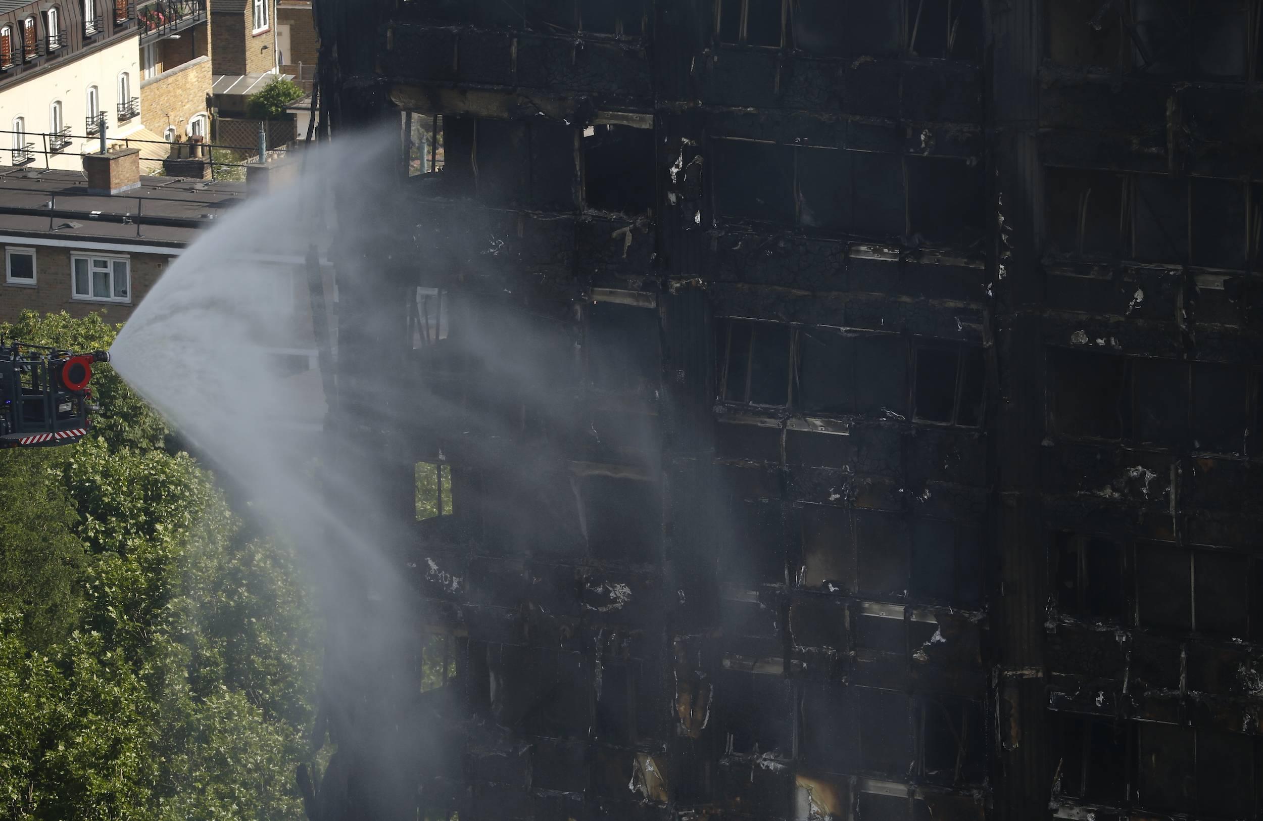 Los bomberos continuaban combatiendo el incendio, 12 horas después de que se registraron las llamas. / Foto: AP