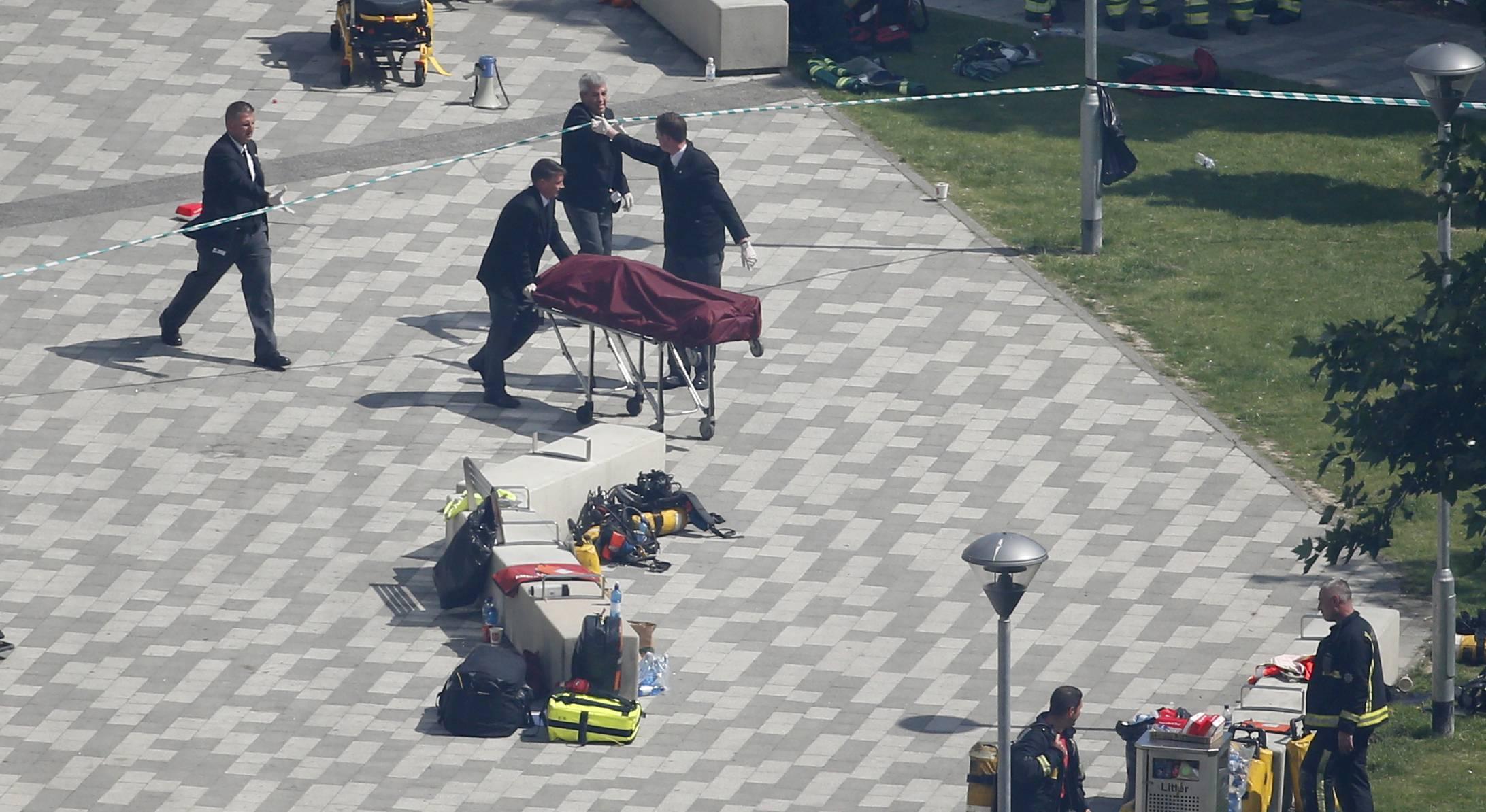 Un equipo de funerarios traslada un cadáver de una de las víctimas fatales del incendio en el edificio de apartamentos en Londres. / Foto: AP