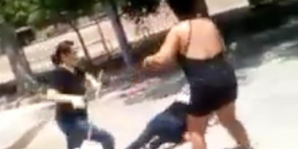 """Al estilo """"Star Wars"""": la pelea a escobazos entre dos mujeres que se volvió viral"""