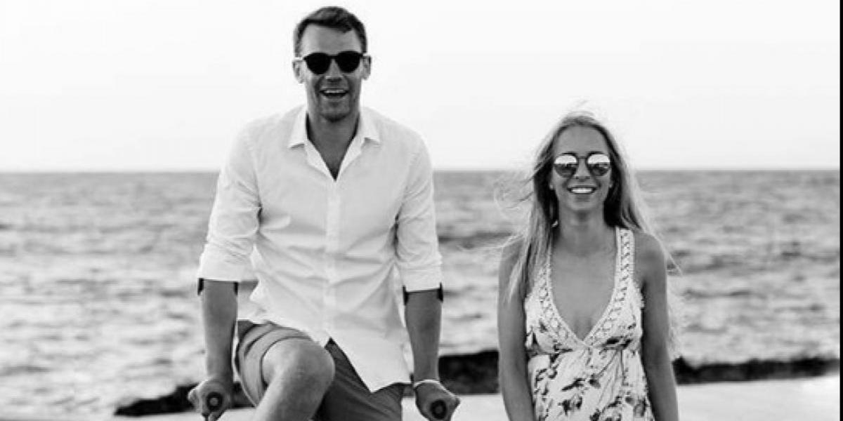 FOTO: Ni las muletas impidieron que Manuel Neuer celebrara su boda
