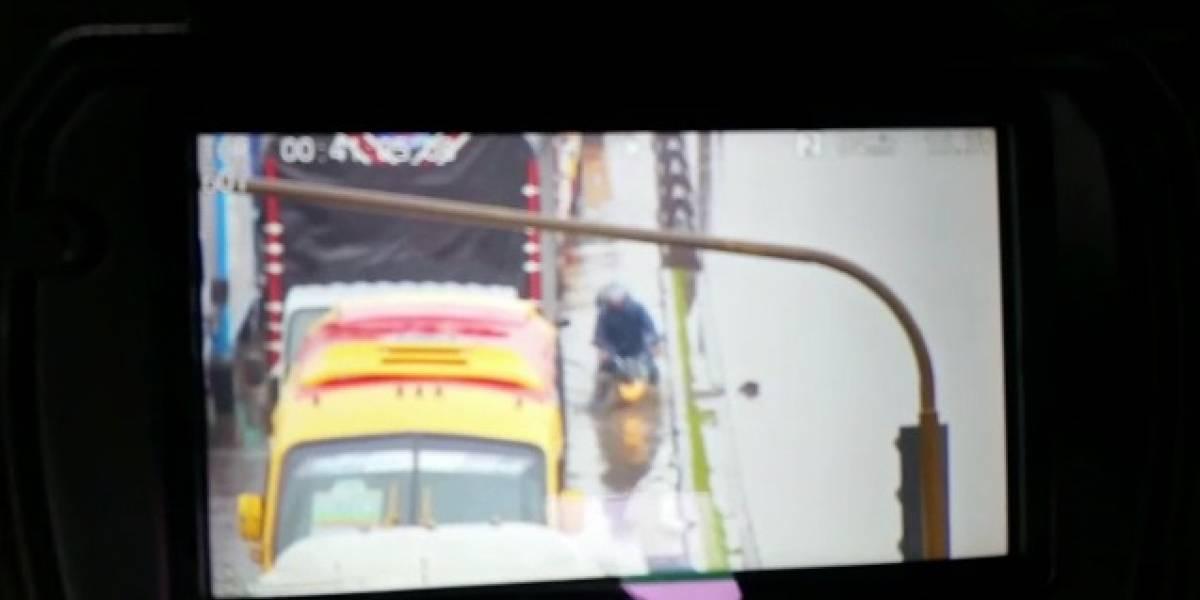 Video: motociclista cayó de cabeza a un hueco 'invisible' en Bogotá