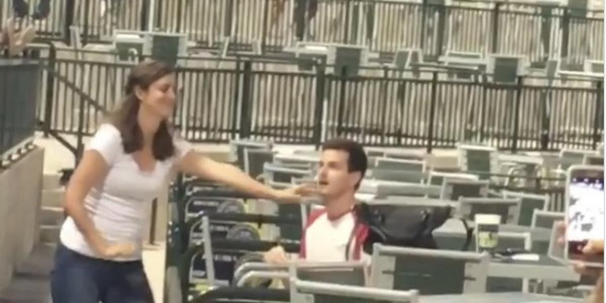 VIDEO: Le propone matrimonio en partido de béisbol, pero la respuesta sorprendió a todos