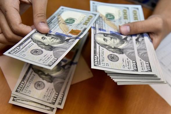 Dólar baja 18.25 pesos en los bancos del país