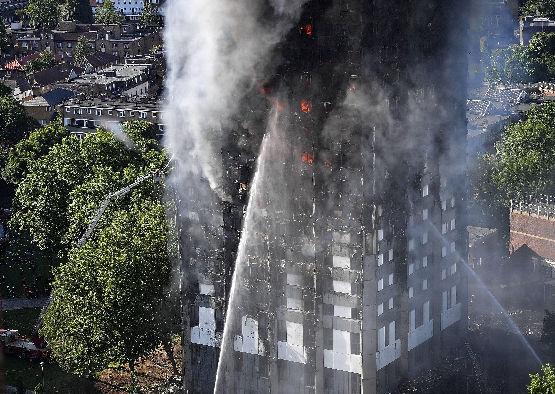 El combate contra el fuego continuaba a mediodía de Londres.