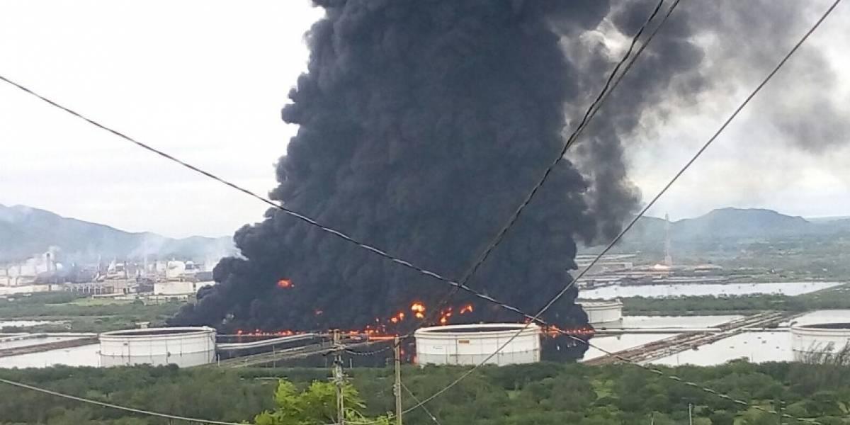 VIDEO. Enorme incendio consume refinería mexicana