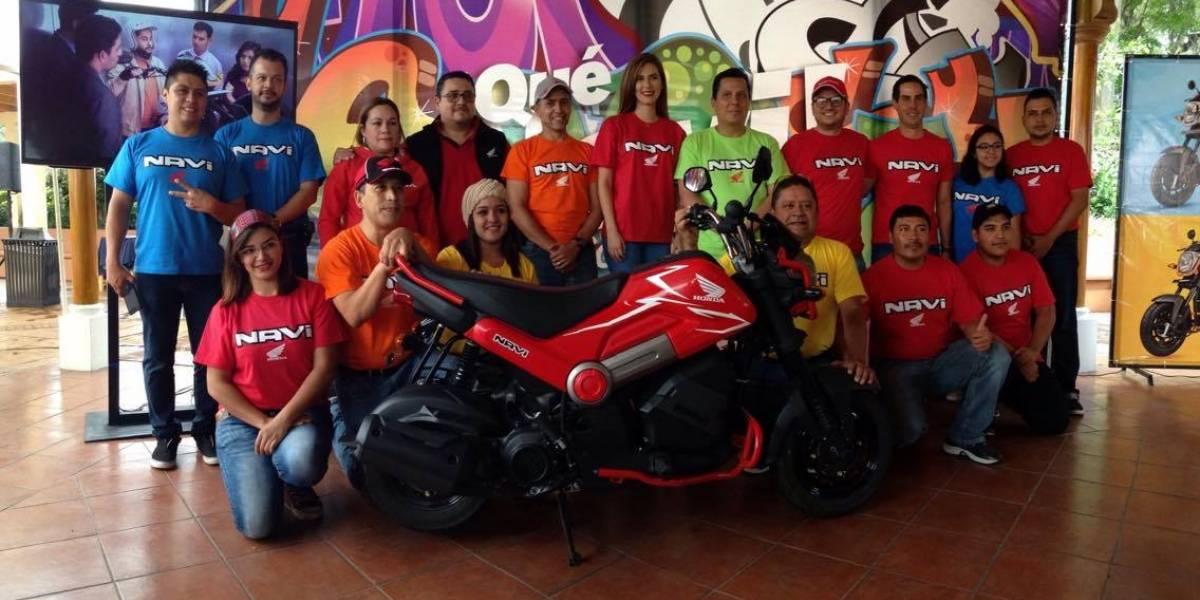 Esta motocicleta tiene un motor automático y está diseñada para jóvenes