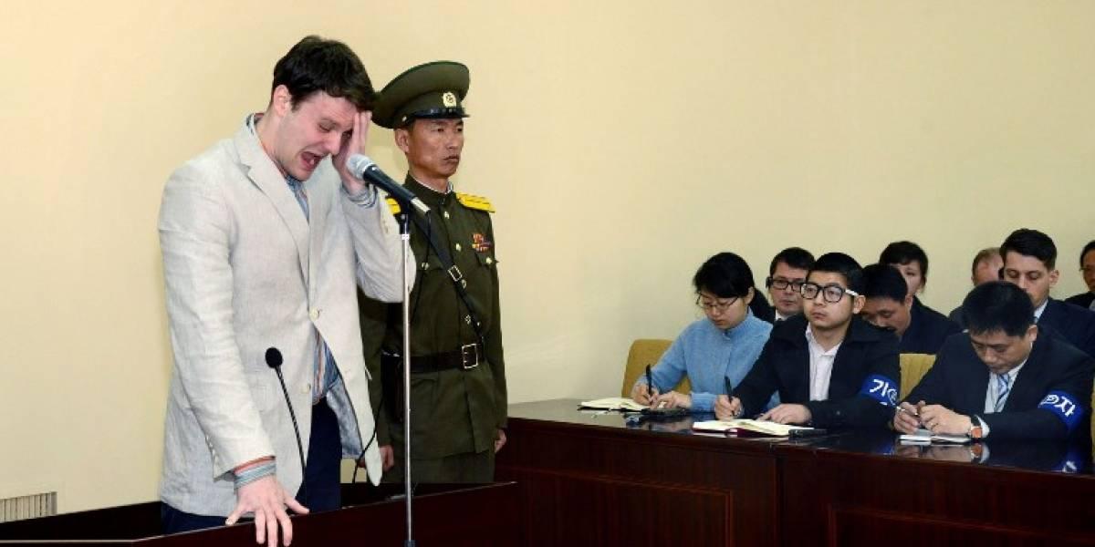 Estudiante detenido y condenado a 15 años de trabajos forzosos en Corea del Norte por robarse un cartel llega a EEUU en coma