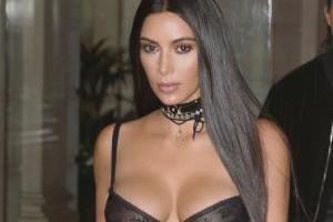 Kim Kardashian sorprende con un traje de plástico