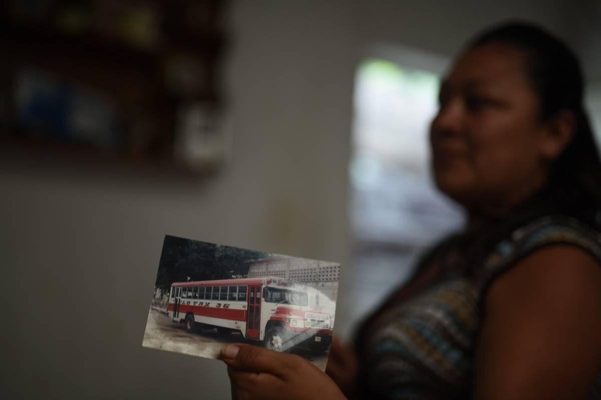 Muñoz muestra la foto del bus que manejaba su esposo. Foto: Edwin Bercián