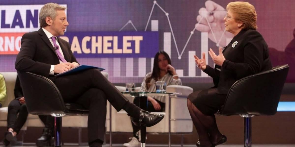 Críticas al Frente Amplio y fuerte respaldo al general Villalobos: las claves de la entrevista a Bachelet