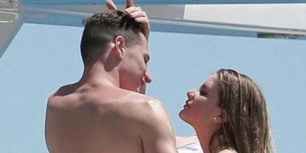 FOTOS: famoso futbolista es sorprendido con otra mujer que no es su novia ¡en la playa!