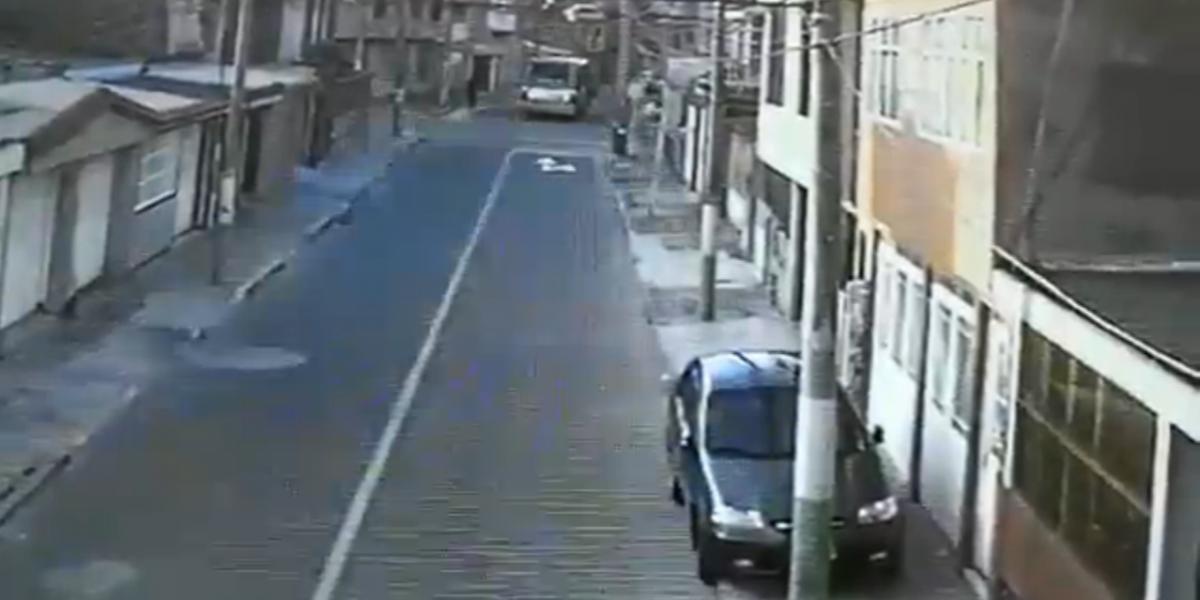 ¡Increíble! Ladrón escapó y causó un accidente de tránsito entre los policías y un motociclista