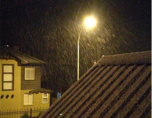 La nevada se intensificó durante la noche en Temuco.