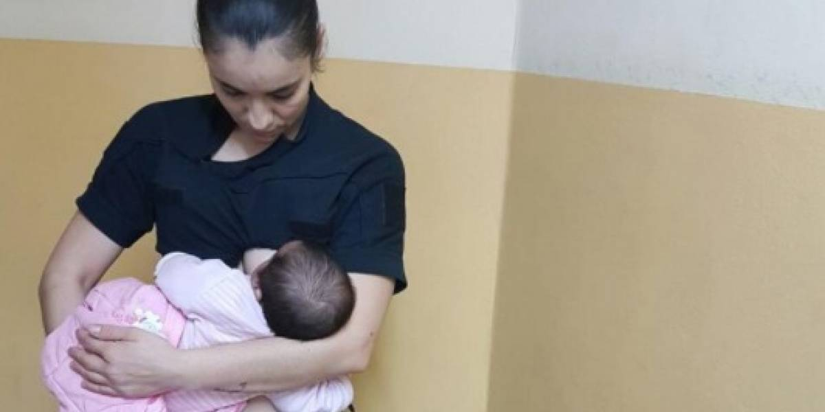Tierno gesto de policía argentina: da de amamantar a bebé que había sido abandonada por su madre