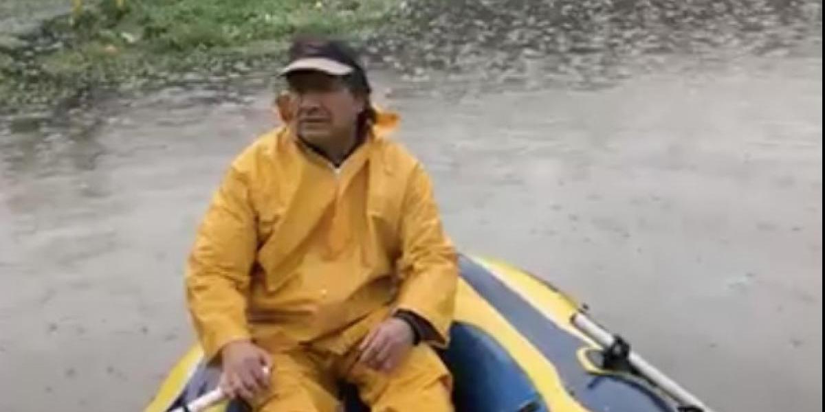 """Vecinos de Temuco debieron """"navegar"""" para salir de sus casas producto de las fuertes lluvias"""