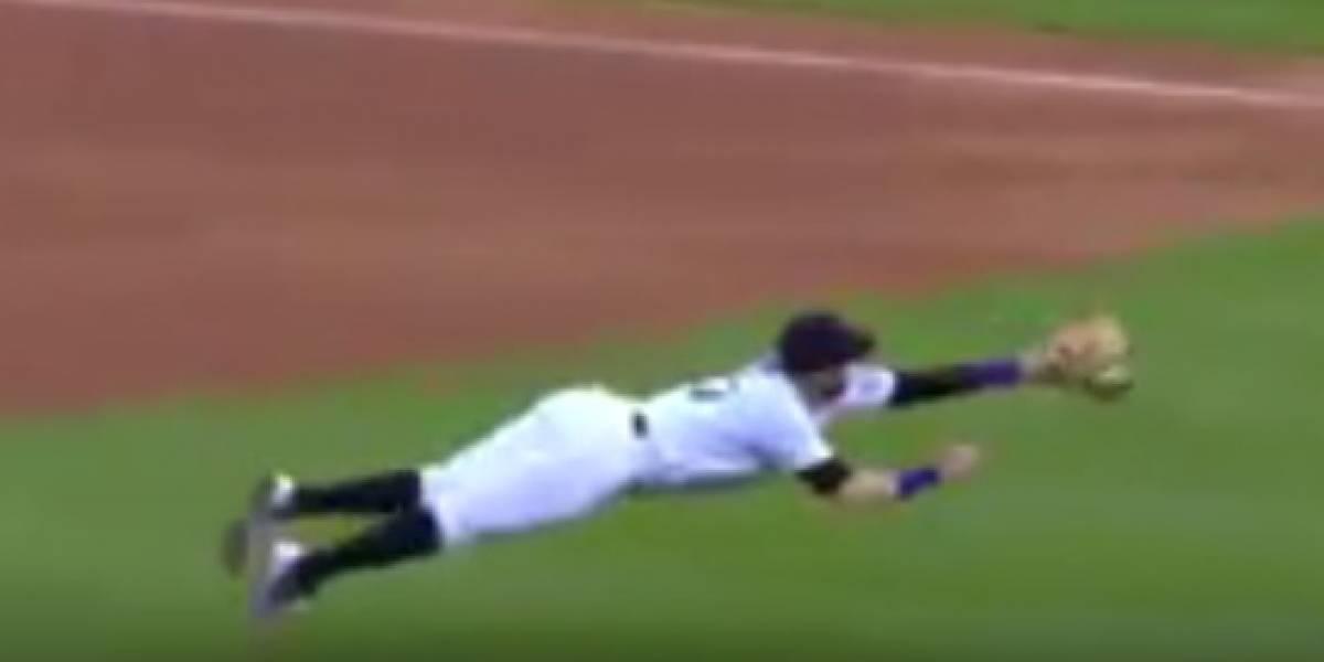 VIDEO: Jugador de Colorado realiza increíble atrapada en la MLB