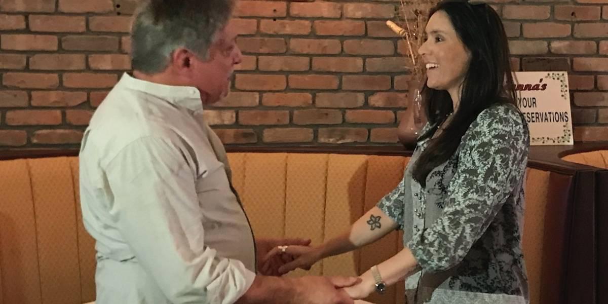Padre e hija se reúnen por primera vez después de 40 años