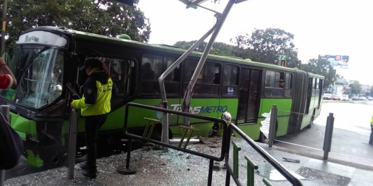 Transmetro se accidenta contra estación del Trébol