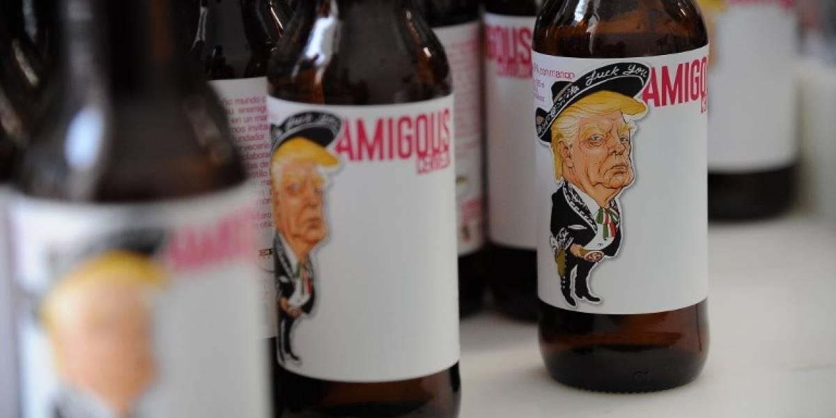 Vestido de mariachi y un cinturón en forma de esvástica, Trump lo invita a tomar una cerveza