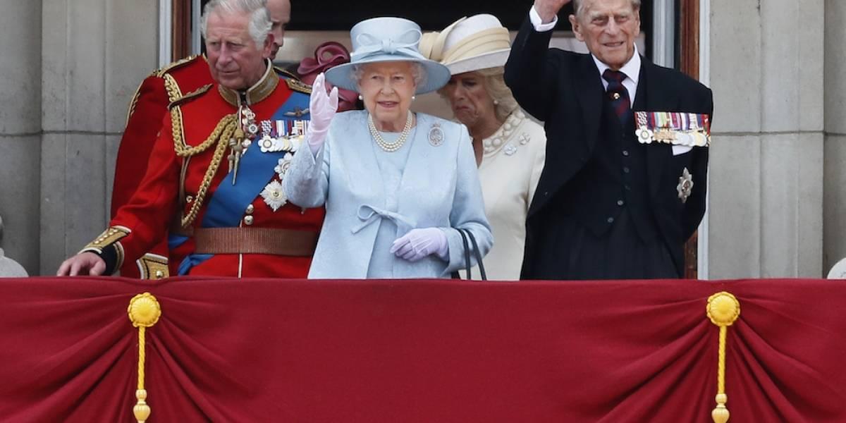 Celebran cumpleaños 91 de la reina Isabel II con desfile militar