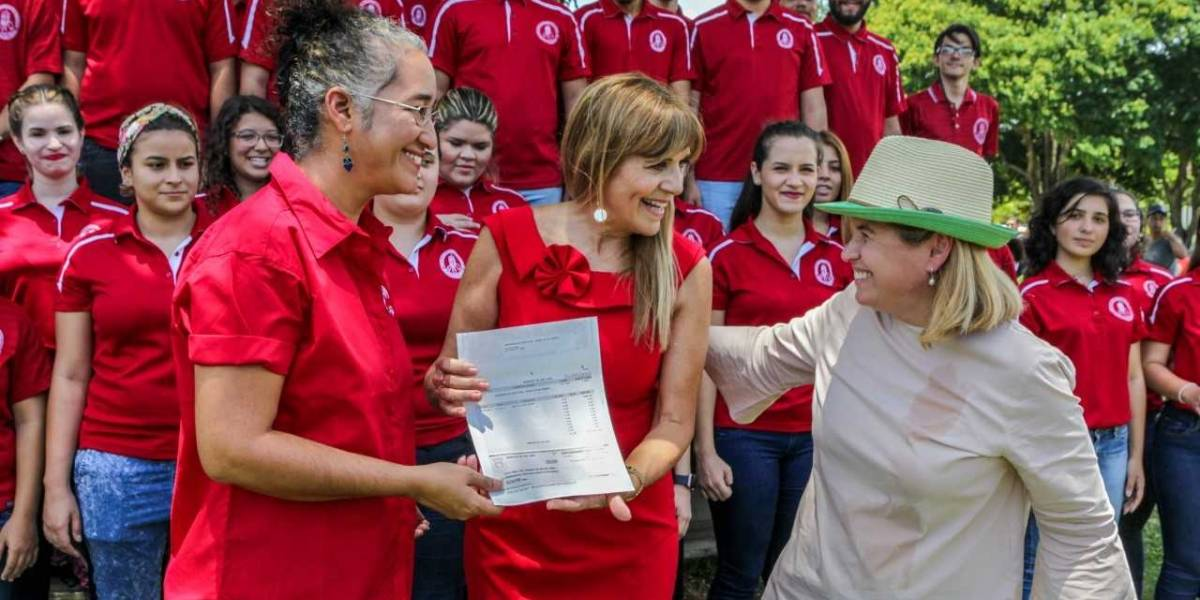 Yulín dona $35 mil a Coro de la UPR para representarnos en Costa Rica