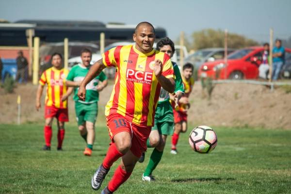 Suazo jugando por los senior de Lo Gallardo / Foto: Fernando Acevedo