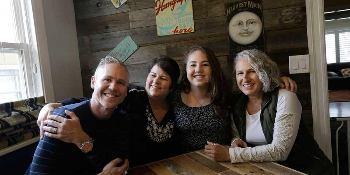 Más cortes en EE. UU. reconocen a familias con tres padres
