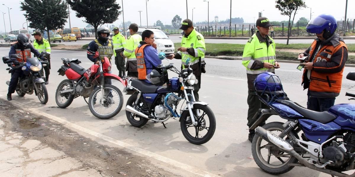 ¡Impactante! Este es el momento en que una patrulla de policía arrolló a un motociclista