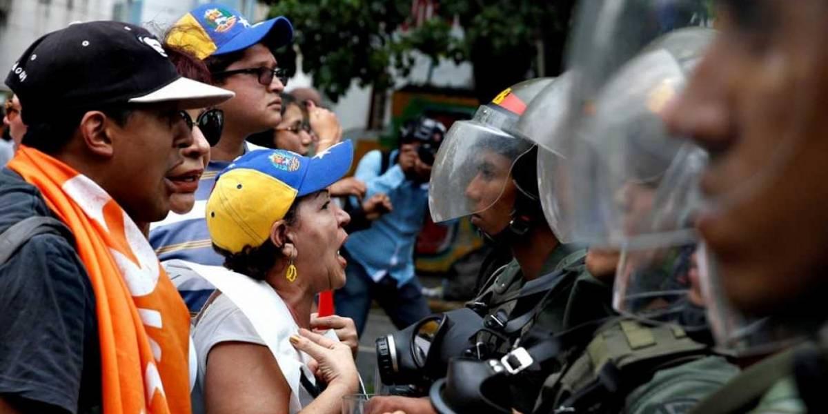 Policía de Venezuela reprime a opositores que marchan para exigir intervención de la OEA