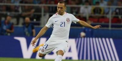 Chile derrotó a Camerún con algo de polémica en su debut
