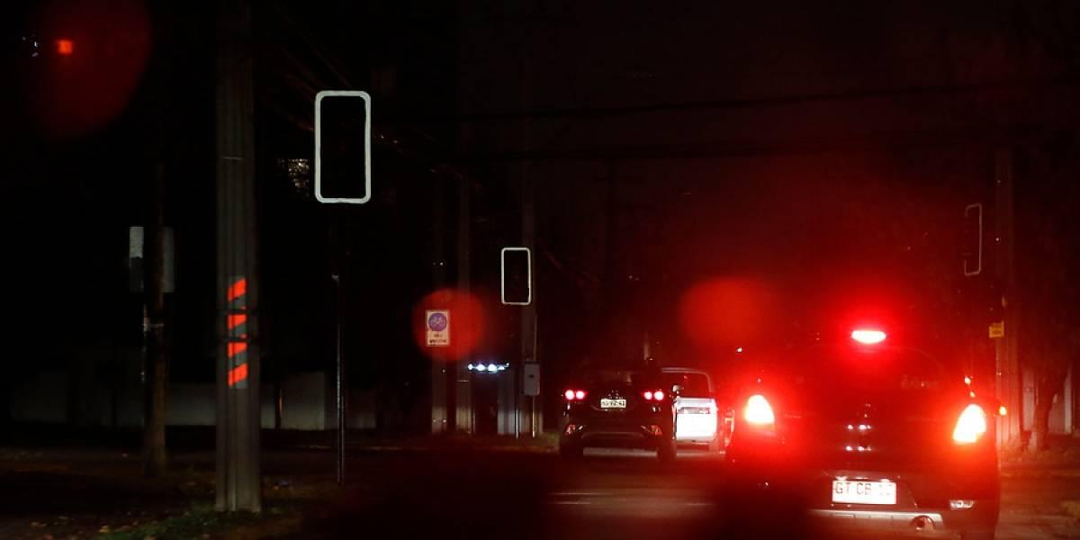 Más de 2 mil personas se mantienen sin energía eléctrica tras sistema frontal en Santiago