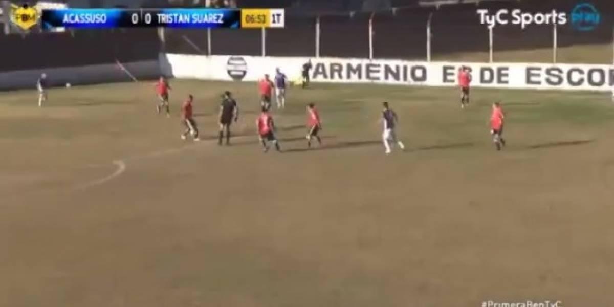 """El notable """"pase gol"""" de un árbitro en el fútbol de ascenso argentino"""