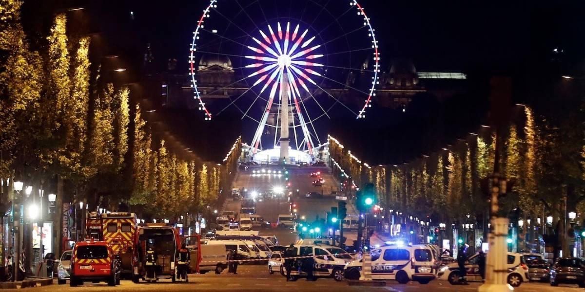 Un carro impacta contra un furgón policial en los Campos Elíseos de París