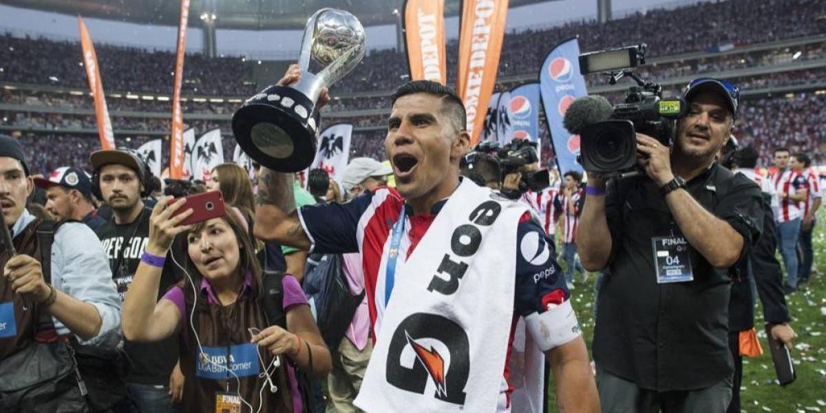 Carlos Salcido renovó por seis meses más con Chivas