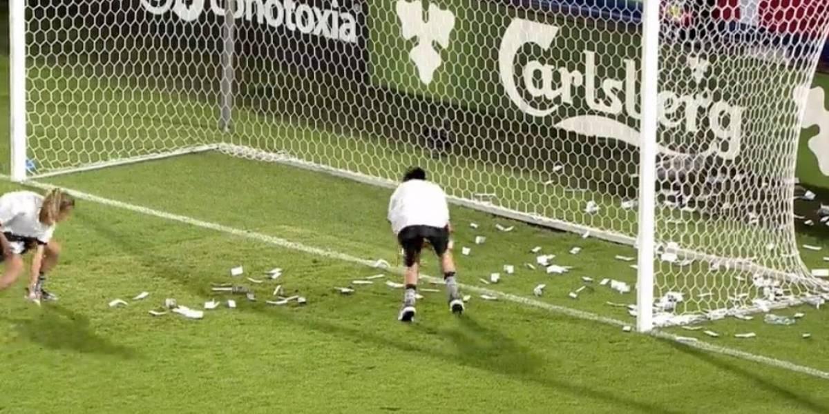 VIDEO: Aficionados avientan billetes a jugador por no renovar contrato