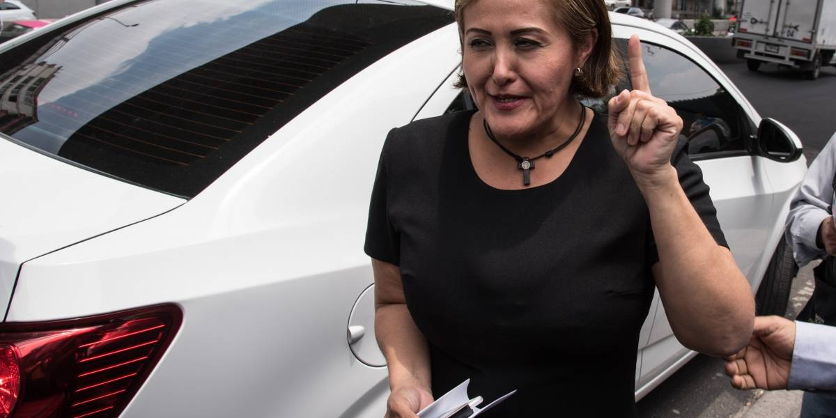 Eva Cadena presenta denuncia ante la CNDH
