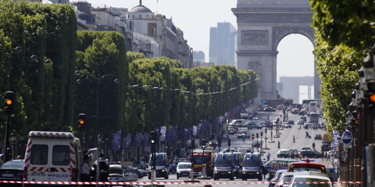 Conductor arremete contra vehículo policial en París