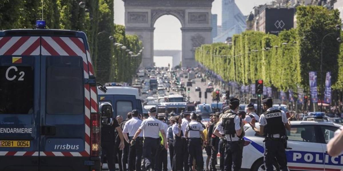 Balones de gas, pistolas y una AK-47 fueron encontradas en el auto que chocó a furgón policial en París