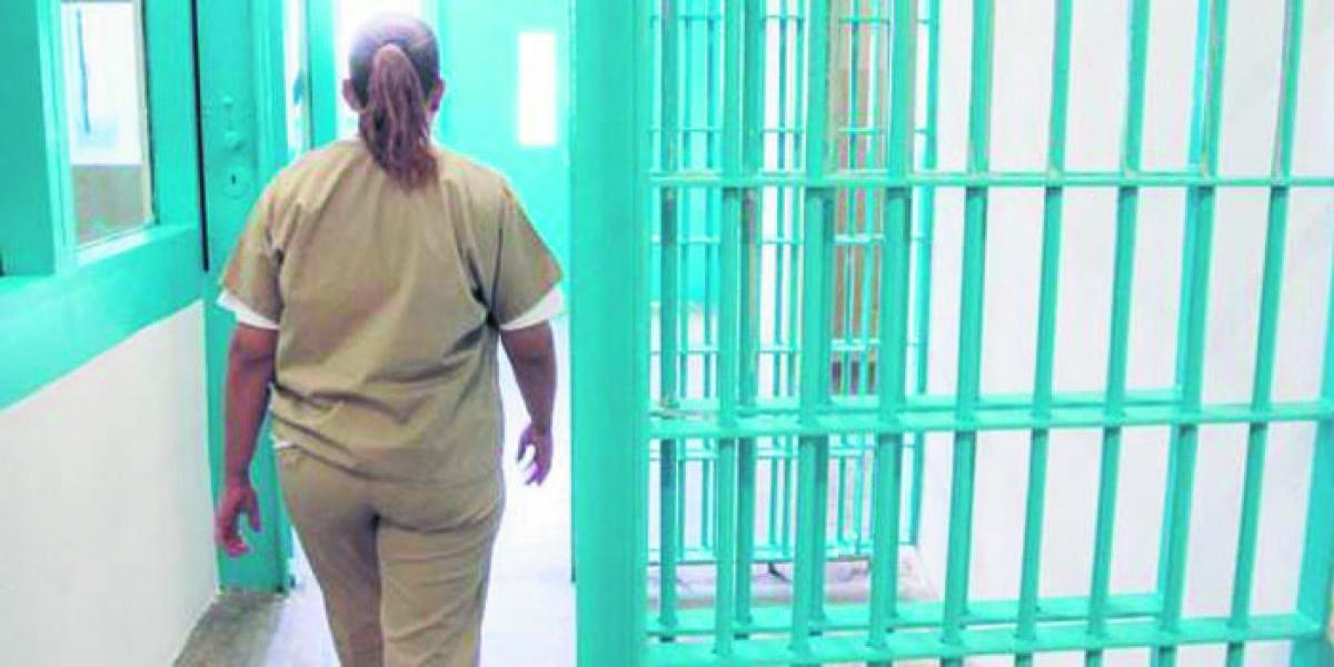 A prisión, mujer hacia videos pornográficos de sus dos hijas menores
