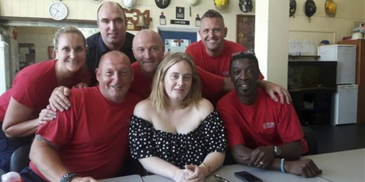 Adele visita a bomberos tras incendio en Londres