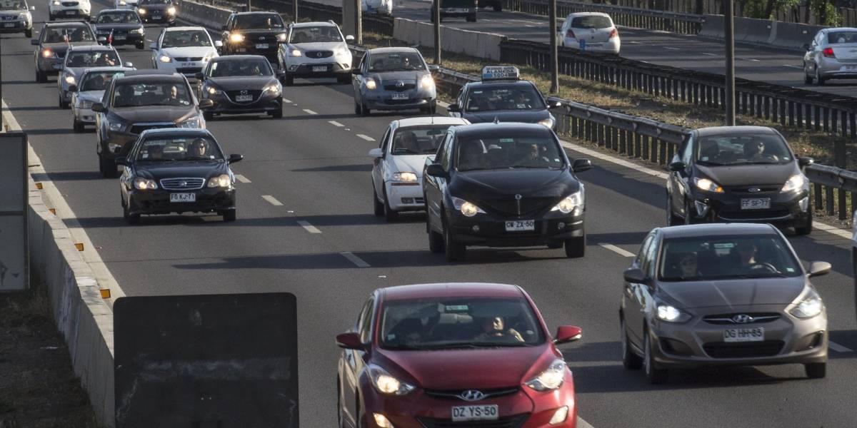 Autoridades estiman que saldrán más de 300 mil vehículos de la RM por fin de semana largo