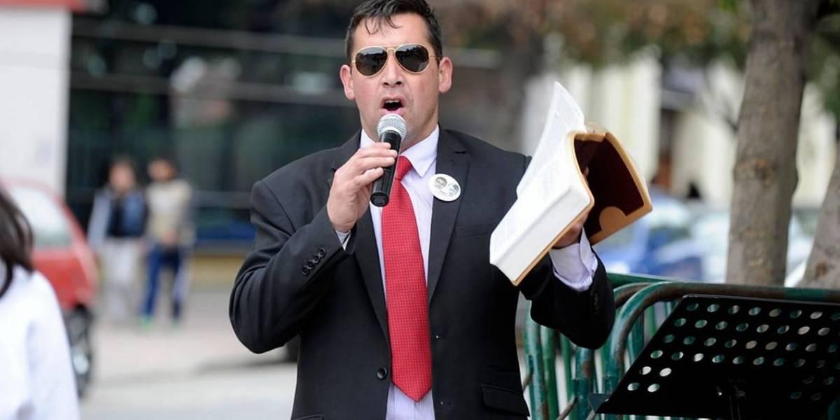 """El error del Pastor Soto: Bandera que usó como """"alfombra"""" no es la que representa al orgullo gay"""