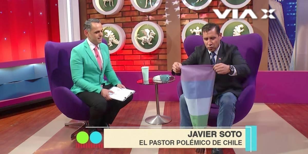 """Pastor Soto expulsado de programa de José Miguel Villouta: Usó una bandera gay como """"alfombra"""""""