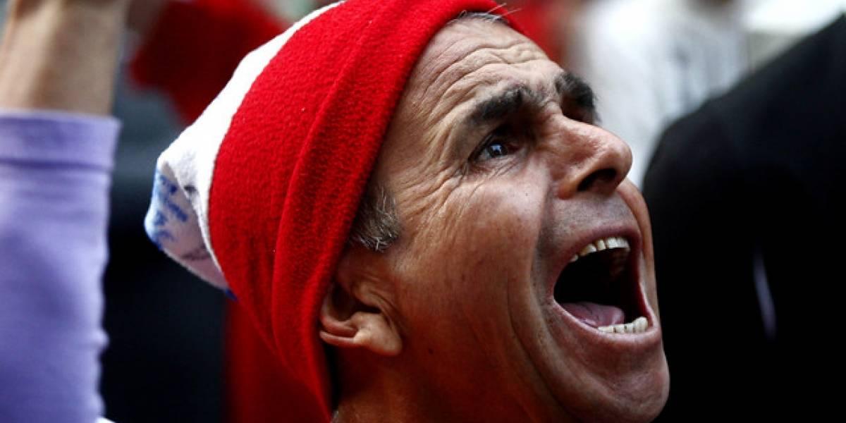 Aseguran que ver los partidos de La Roja en la oficina mejoraría el clima laboral